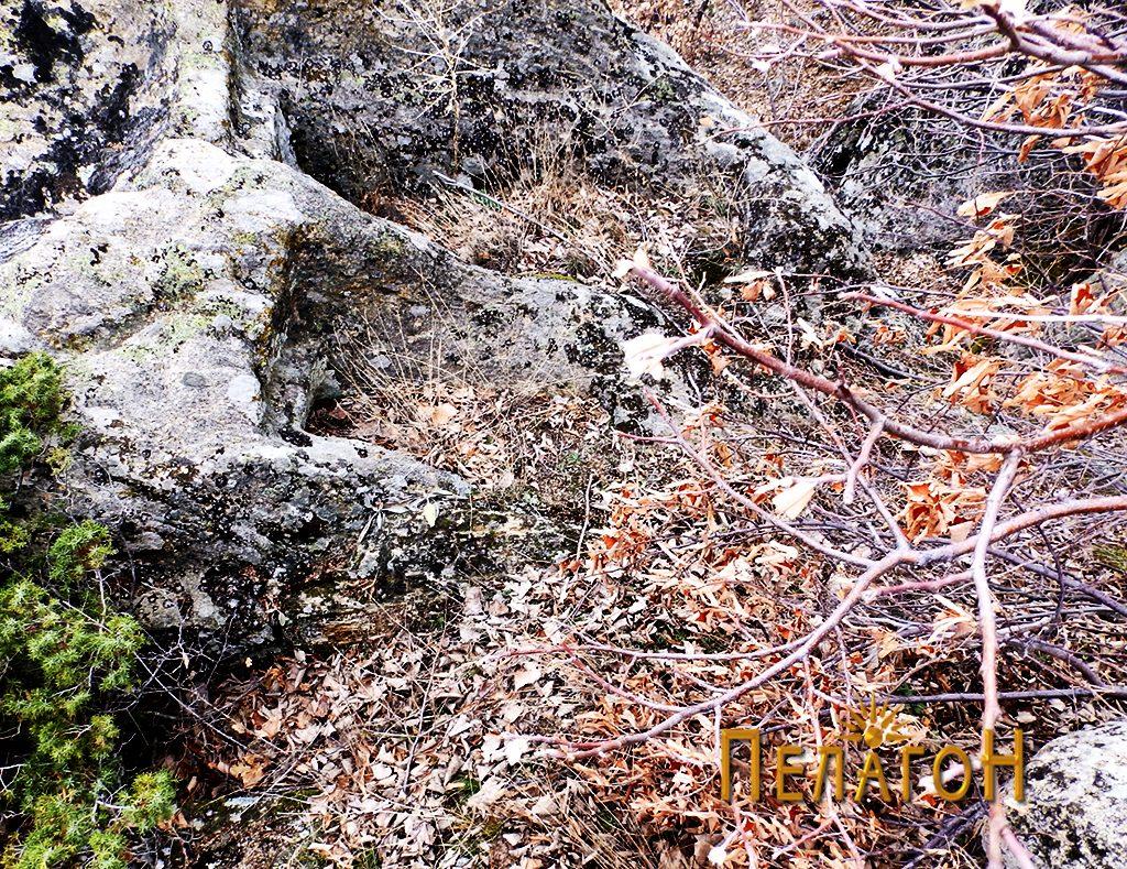 Неколку гроба во карпа во повисокиопт дел на локалитетот