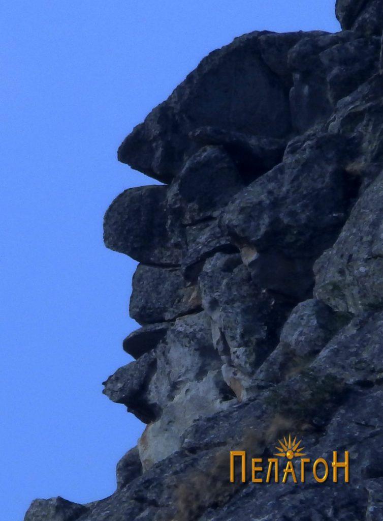 """Антропоморфен лик на врвот на главниот """"стог"""" од источната страна"""