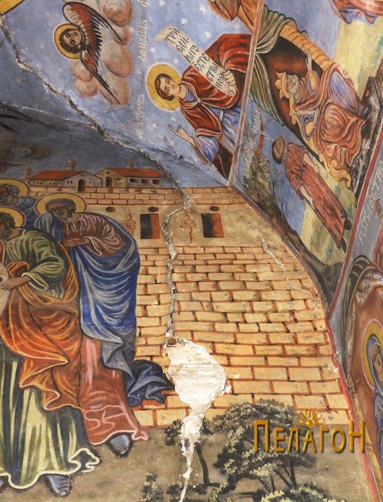 Оштетен дел од живописот на западниот ѕид 3
