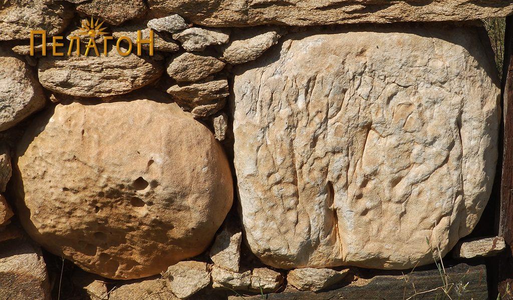 Фрагмент од мермерен столб и блок од мермер вградени во оградниот ѕид на црквата