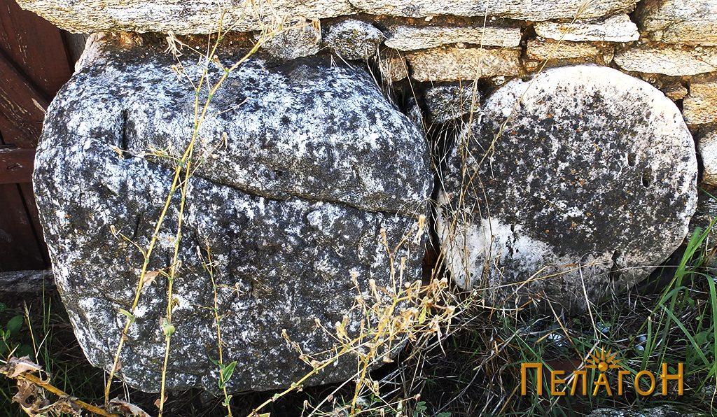 Фрагмент од мермерен столб и блок од мермер вградени во оградниот ѕид на црквата 2