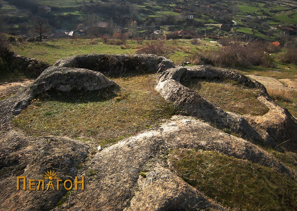 """Група обработени објекти во карпи на локалитетот """"Гермаски Кладенец"""" - меѓу селото и л. """"Големи Камен"""""""
