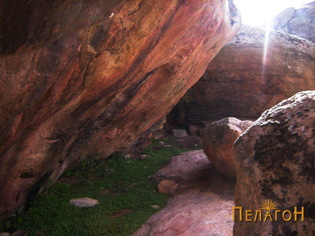 Простор меѓу грамадни карпи на локалитетот