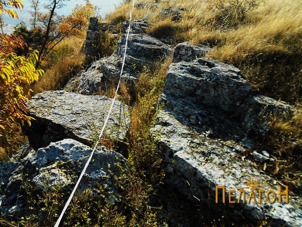 Еден од рабовите со лента при мерење на површината на платото