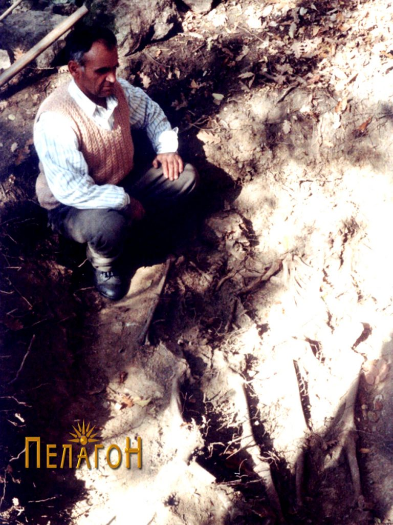 Најдо Кулески - потомок на Толе Паша - на гробот на војводата и неговиот син Велјан кај селото Гудјаково во далечната 1999 г.