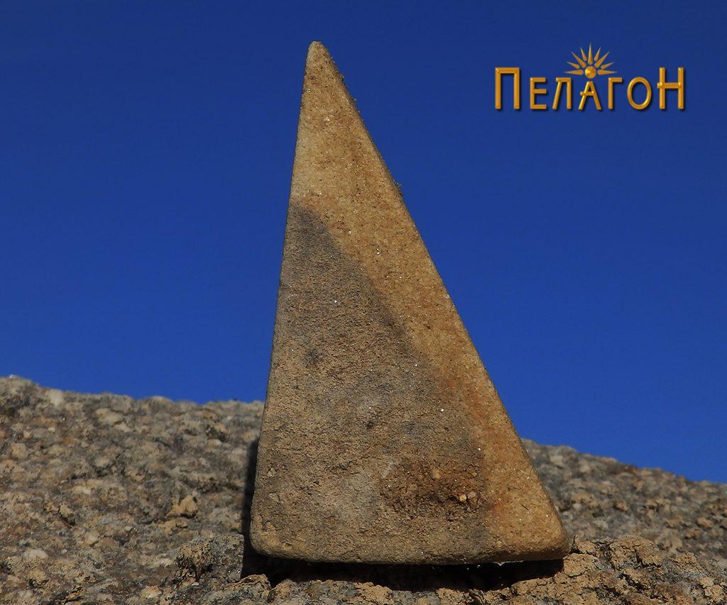 Мал предмет од камен со специфична форма 2