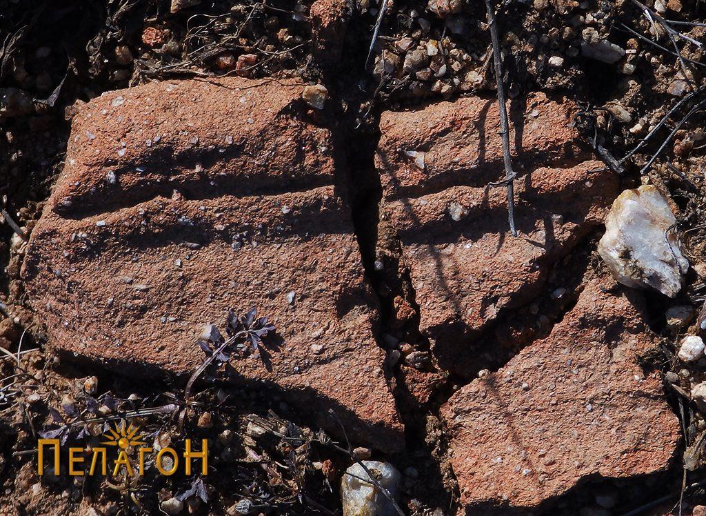 Фрагмент од тегула со украсување кај градбата бр. 2