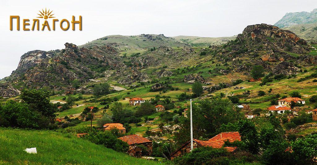 """Селото Лопатица со л. """"Голчеми Камен"""" - лево, """"Висока"""" во позадината и локалитетите """"Куклајца"""" и """"Црвенбица"""" - десно."""