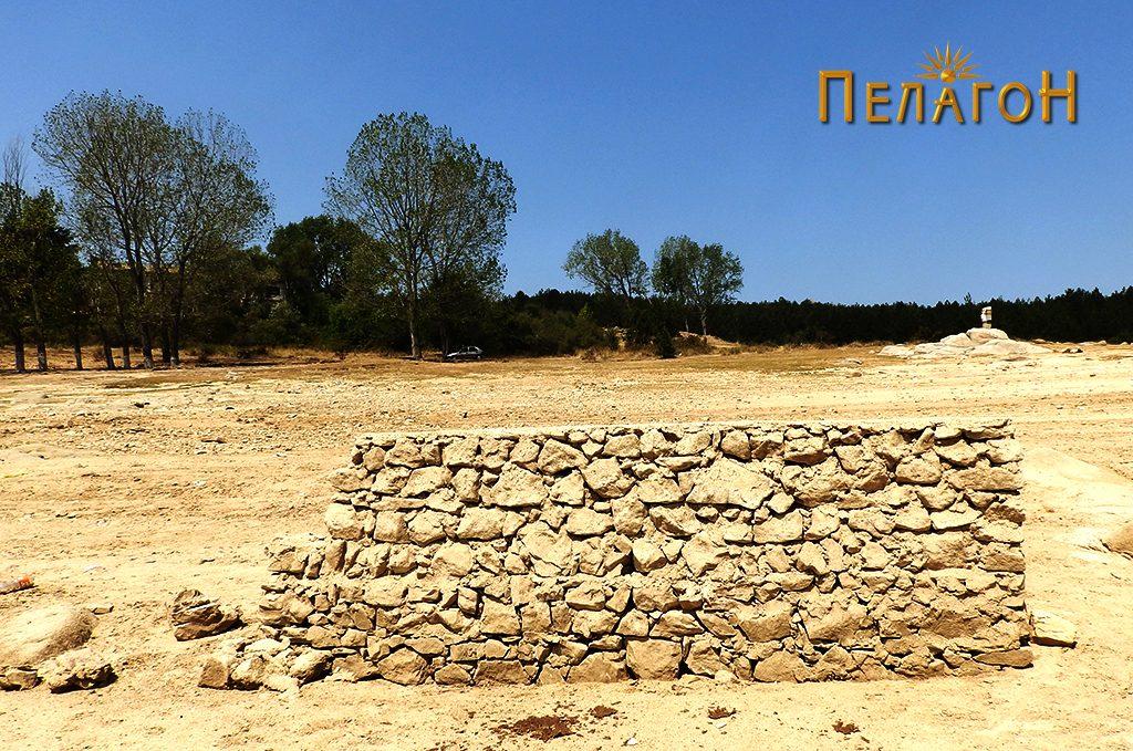 Остаток од ѕид од извесна градба од поново време - во близина на браната 2