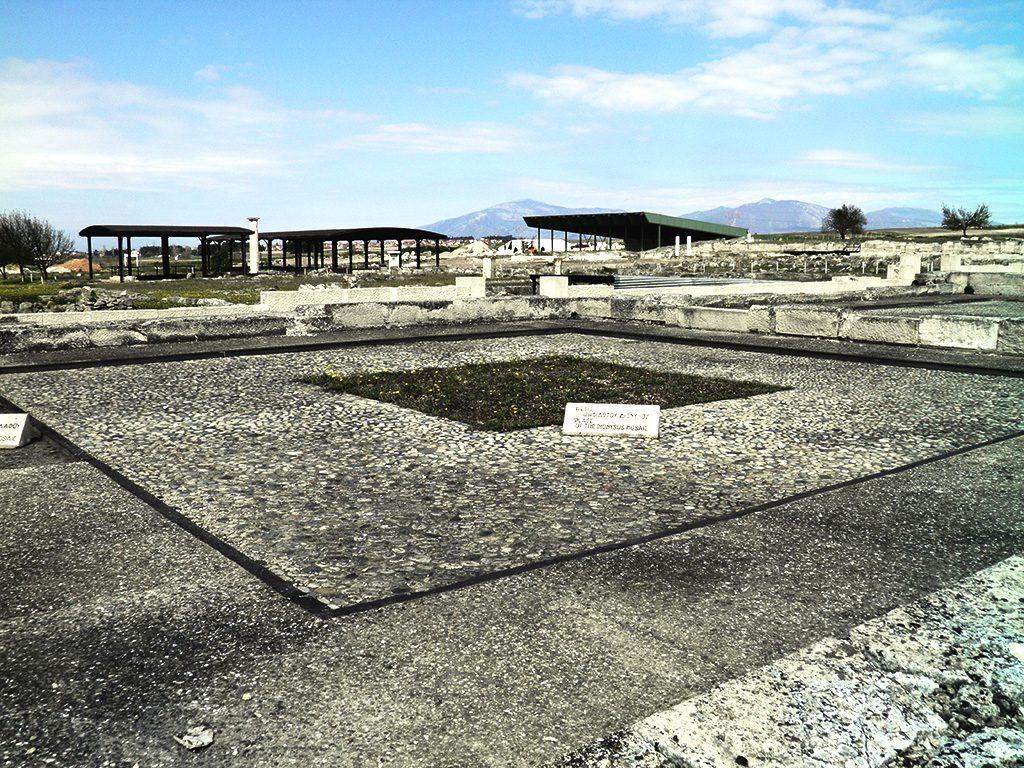 Плоштадот на Дионис во Пела