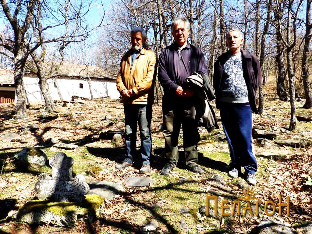 Внукот на војводата, Благоја Ѓеорѓиевски - Баја (во средината), со двајца другари на гробот на војводата