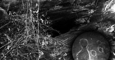 Темна пештера со дел од симболиката