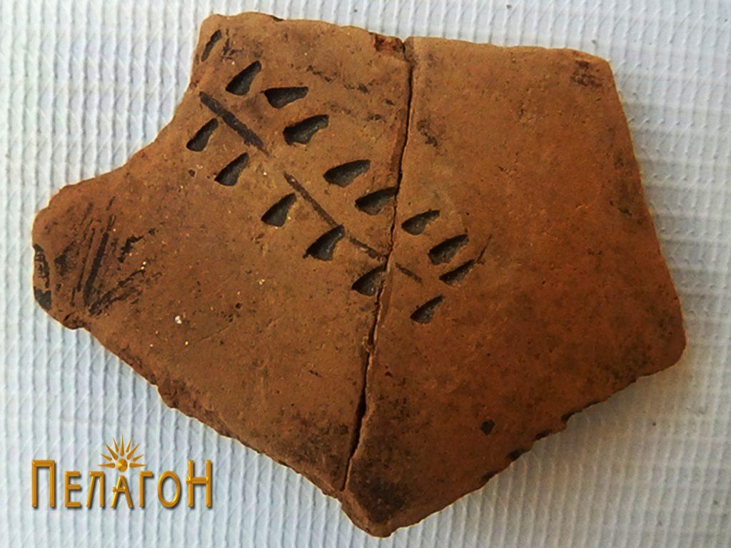 Фрагмент од керамички сад со вдлабнато украсување