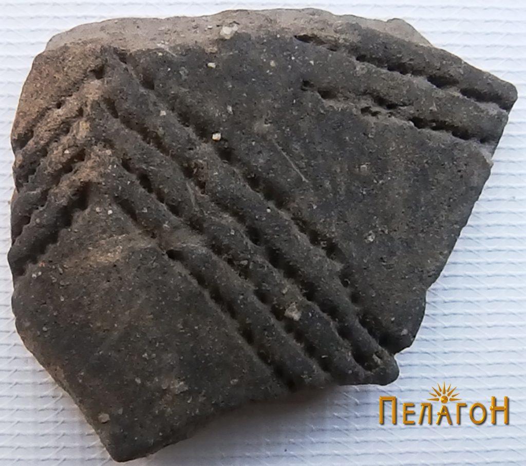 Фрагмент од керамички сад со украсување 2