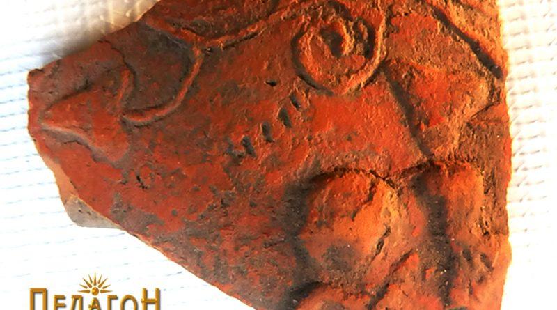 Фрагмент од керамички сад со релјефно украсување 3