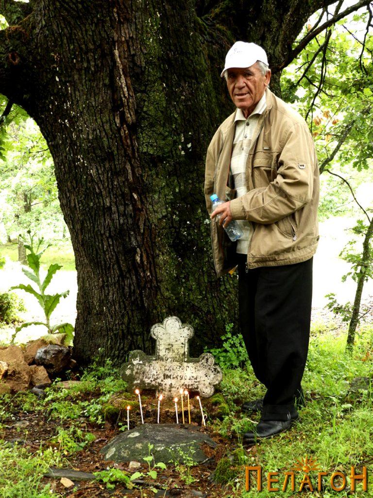 Внукот Благоја на гробот на војводата 2