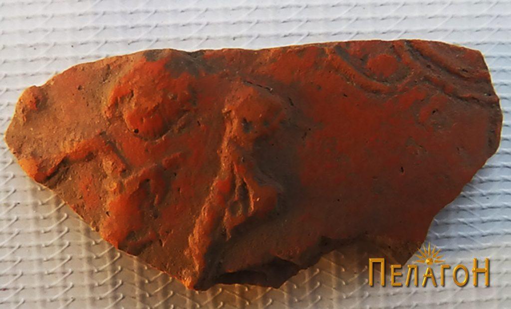 Фрагмент од керамички сад со релјефно украсување 4