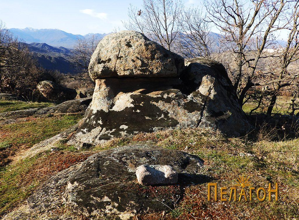 Интересна форма на карпа со фрагмент од објект од камен