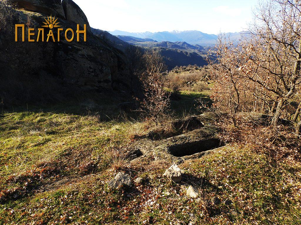 Некропола со гробови вдлабени бо камен со поголеми димензии