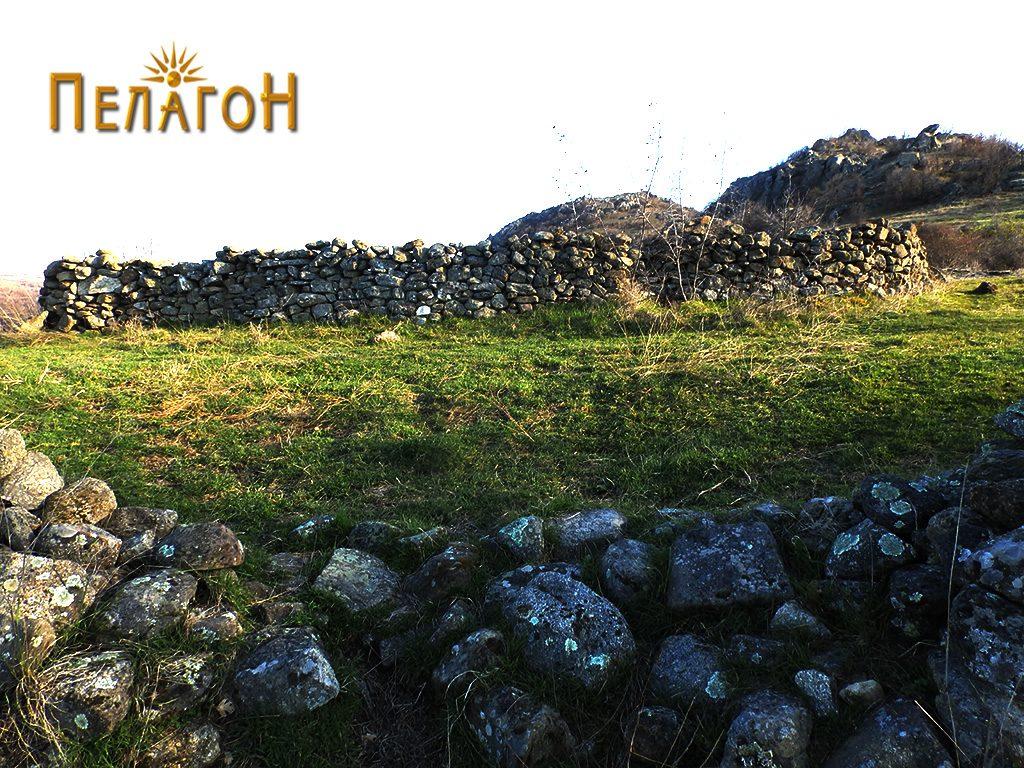 Остатоци од старата населба - камен употребен во поновите огради