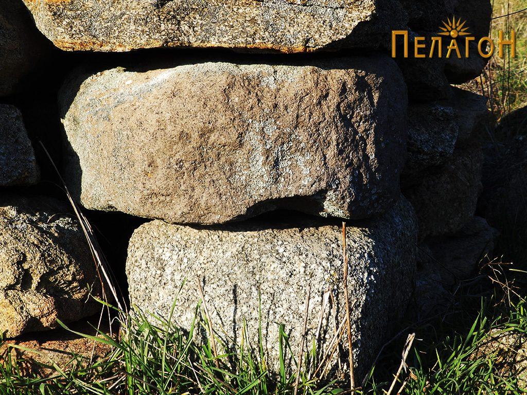 Дел од рачна мелница од камен вградена во ѕид