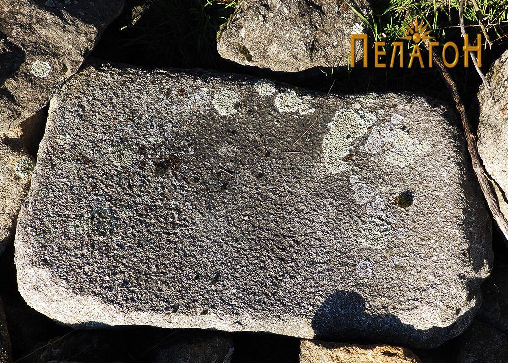 Обработен камен блок со полукружна форма
