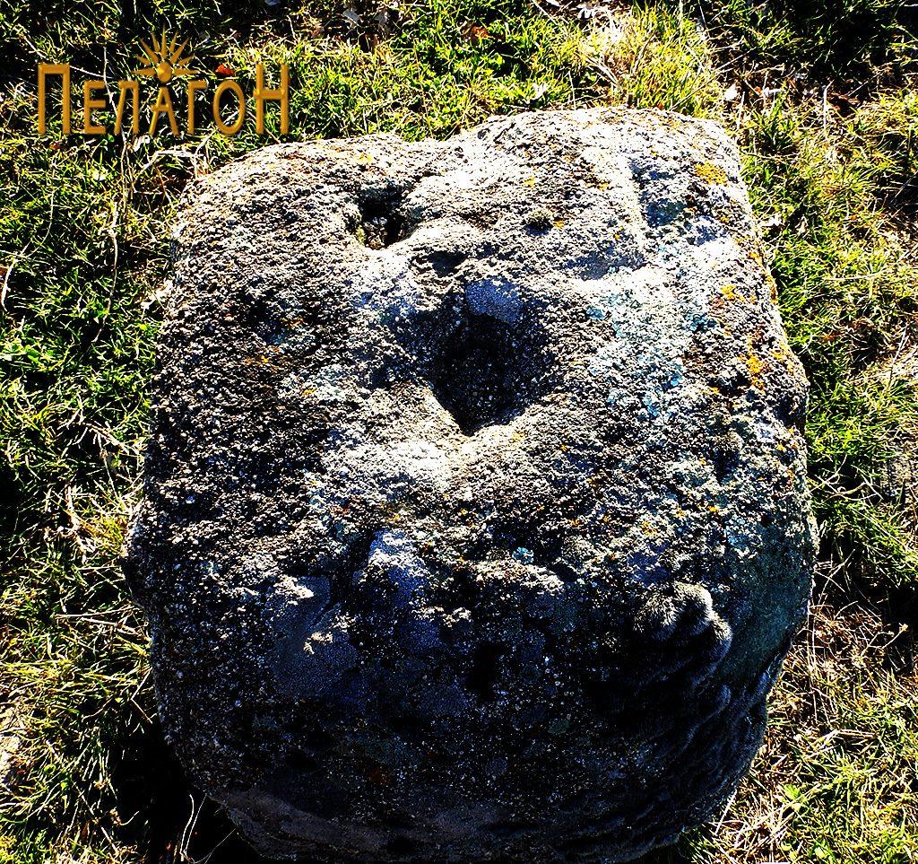 Камен во чиста површина со крушни мали јами и крст 2