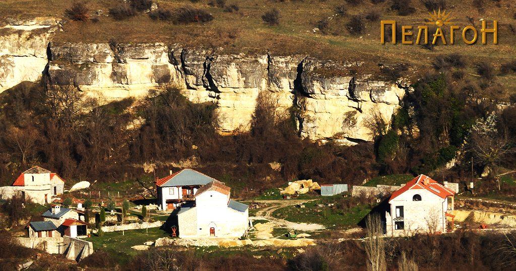 Поглед на црквата Св. Никола во селото Манастир на спротивниот брег