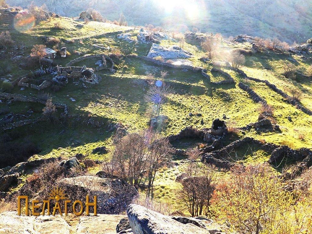 Поглед на локалитетот со населбата од утврдувањето (акрополата)