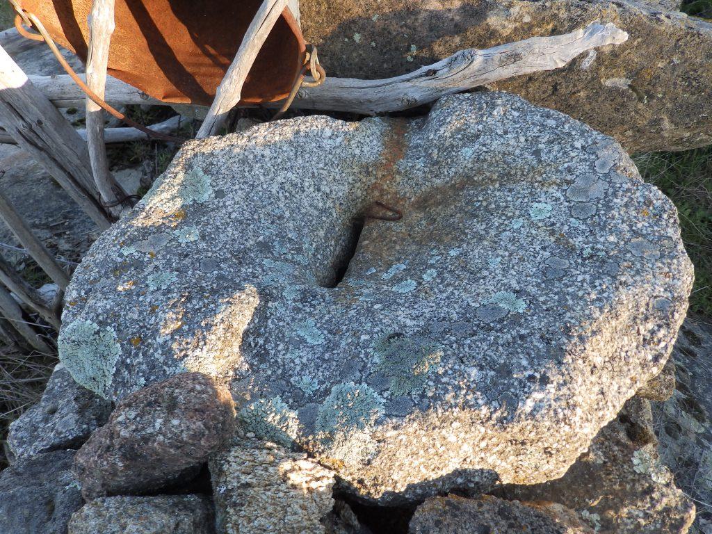 Објект од камен за мелење или цедење семиња, овошје или друг материјал поставен на ѕид