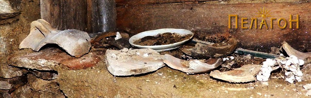 Разновидни предмети од керамика пронајдени на локалитетот и еден современ тањир оставени во една од колибите