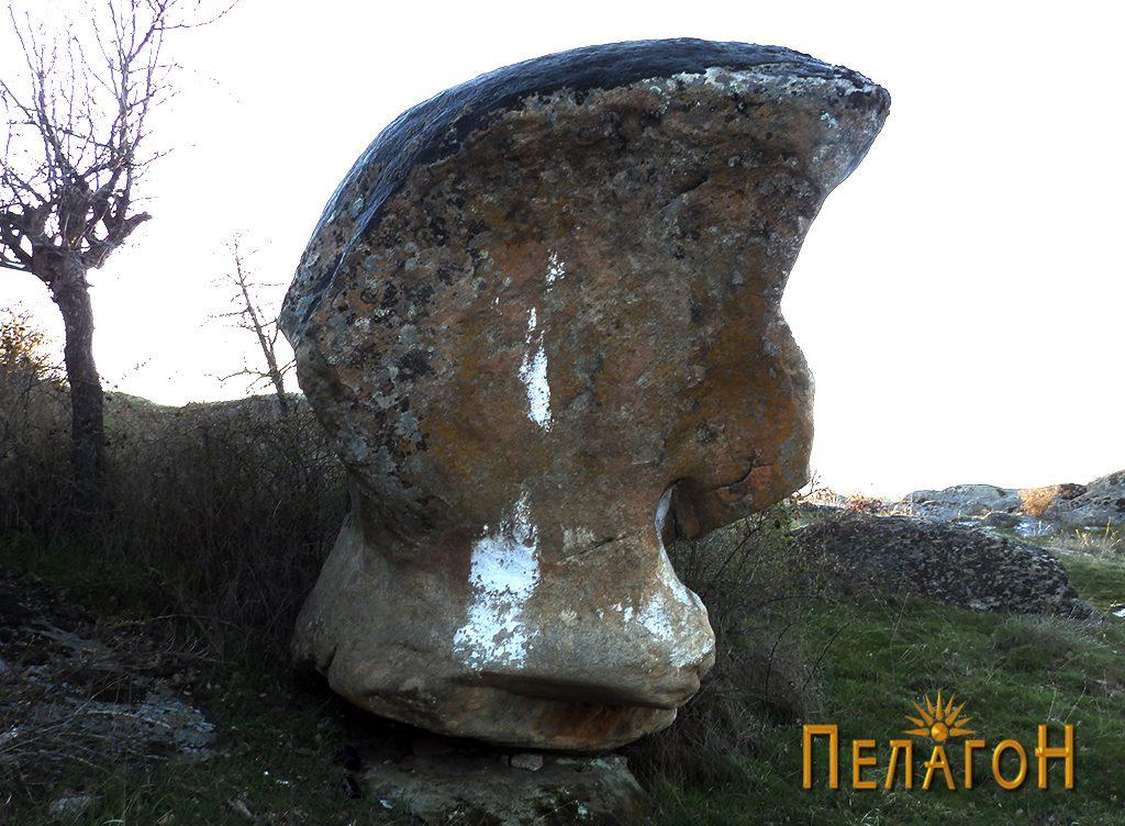 Мистична карпа со форма на човечка глава на локалитетот