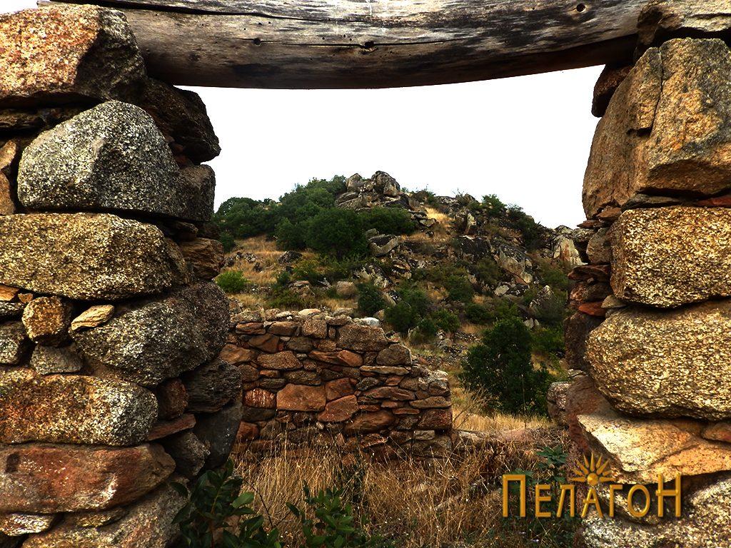 Поглед на акрополата низ една од вратите на трлата