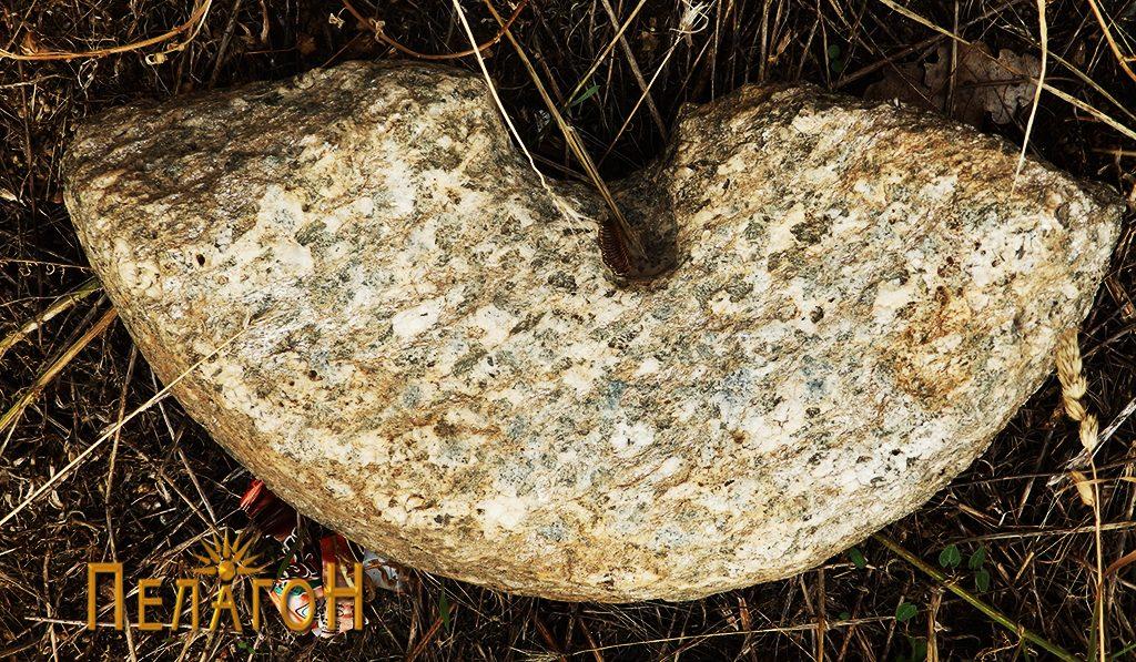 Фрагмент од камена рачна мелница