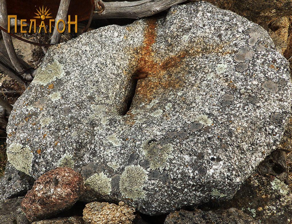 Објект од камен за мелење или цедење семиња, овошје или друг материјал поставен на ѕид 2