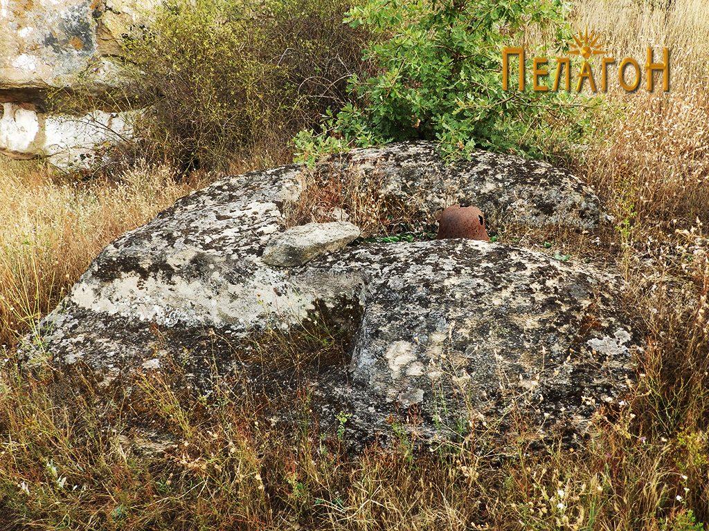 Гробови во камен вои близина на мистичната карпа во форма на човечка глава