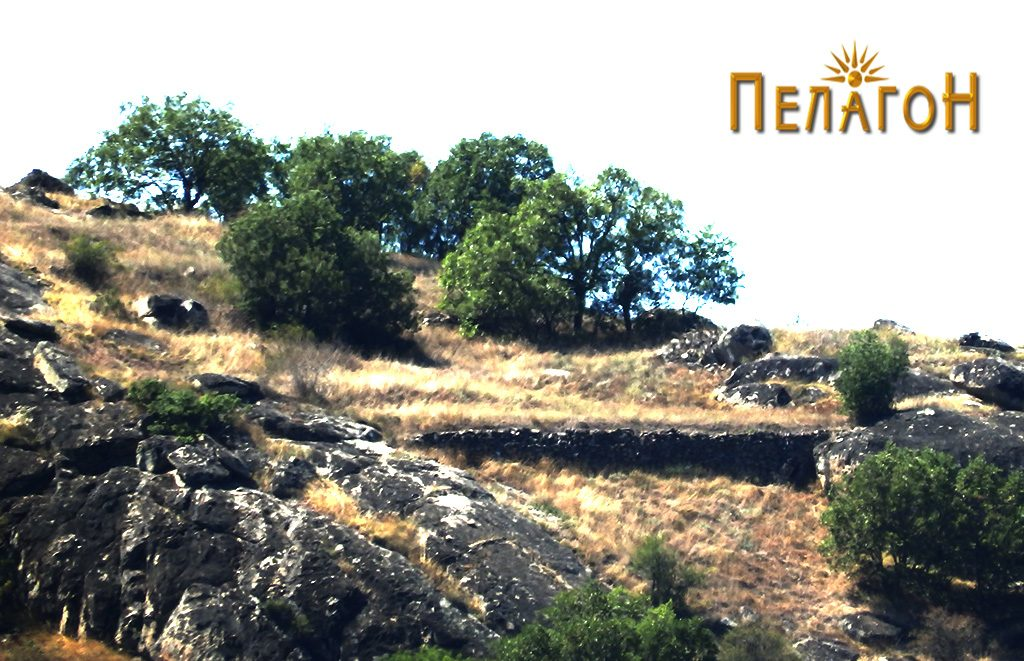 """Локалитетот """"Богданова Нива"""" со остаток од ѕид од тврдината- поглед од спротивниот брег на Црна Река"""