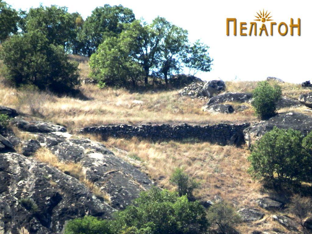 """Локалитетот """"Богданова Нива"""" со остаток од ѕид од тврдината- поглед од спротивниот брег на Црна Река 2"""