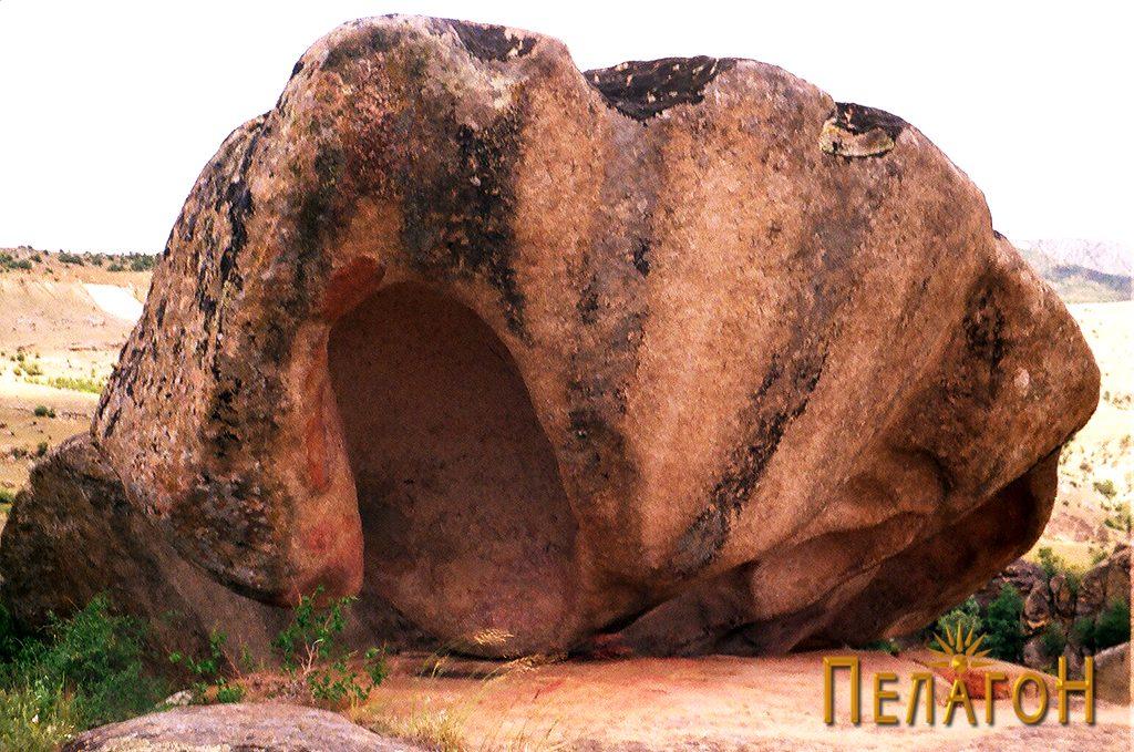 """Карпа во форма на школка на локалитетот """"Градиште"""" кај с. Манастир"""