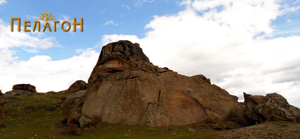 Фасцинантната карпа која го обележува локалитетот
