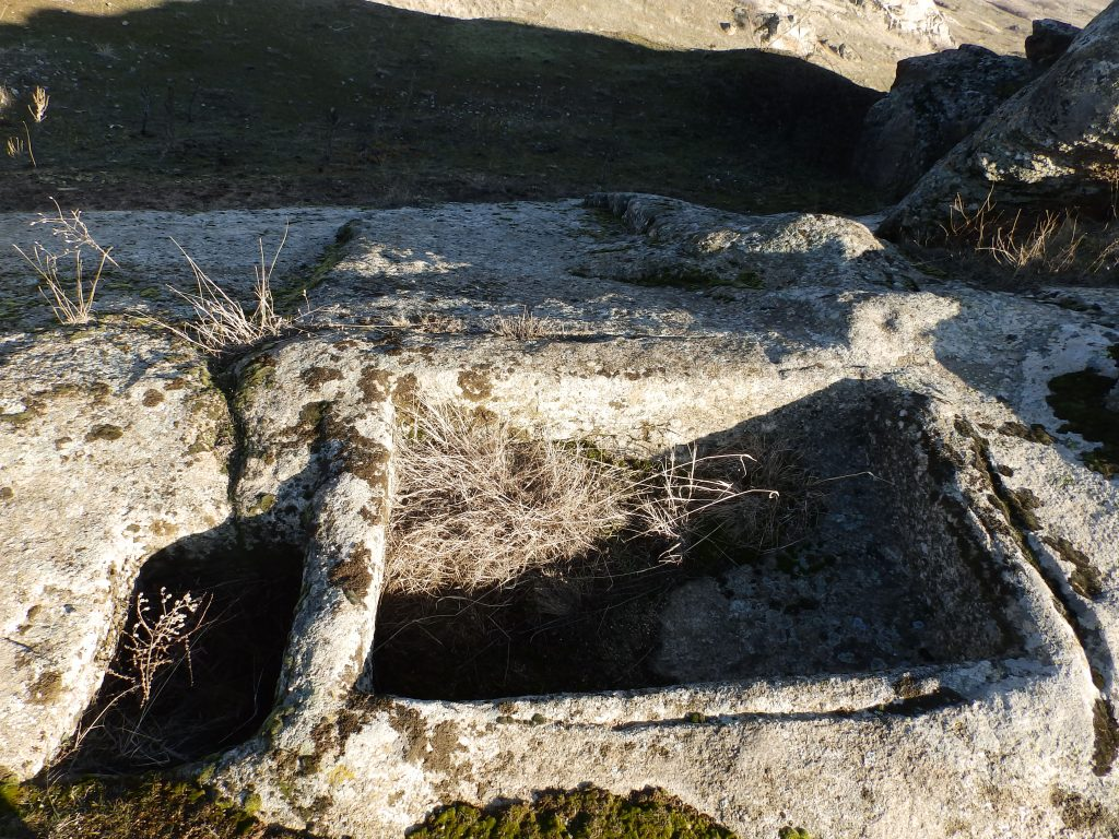 Винарник во камен на карпа од највиоскиот дел на Каменица