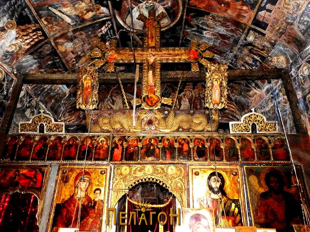 Дел од иконостасот со големиот крс во централниот дел