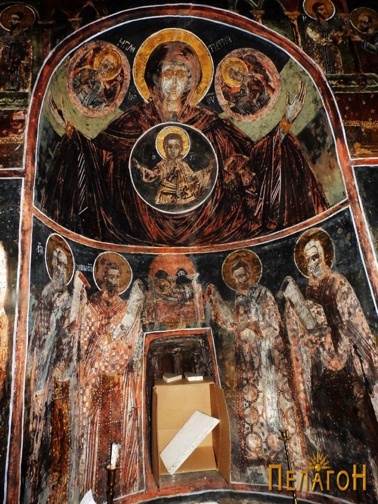 Централниот дел на источниот ѕид со св. Богородица Ширшаја
