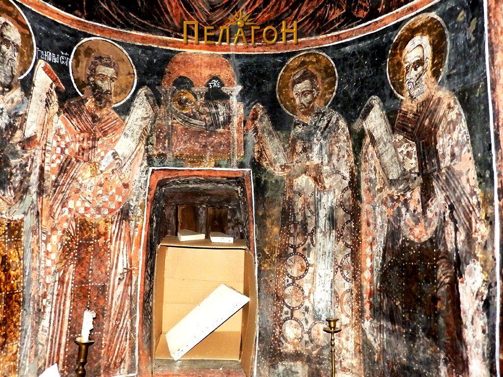 Источен ѕид - дел од олтарот под претставата на св. Богородица Ширшаја