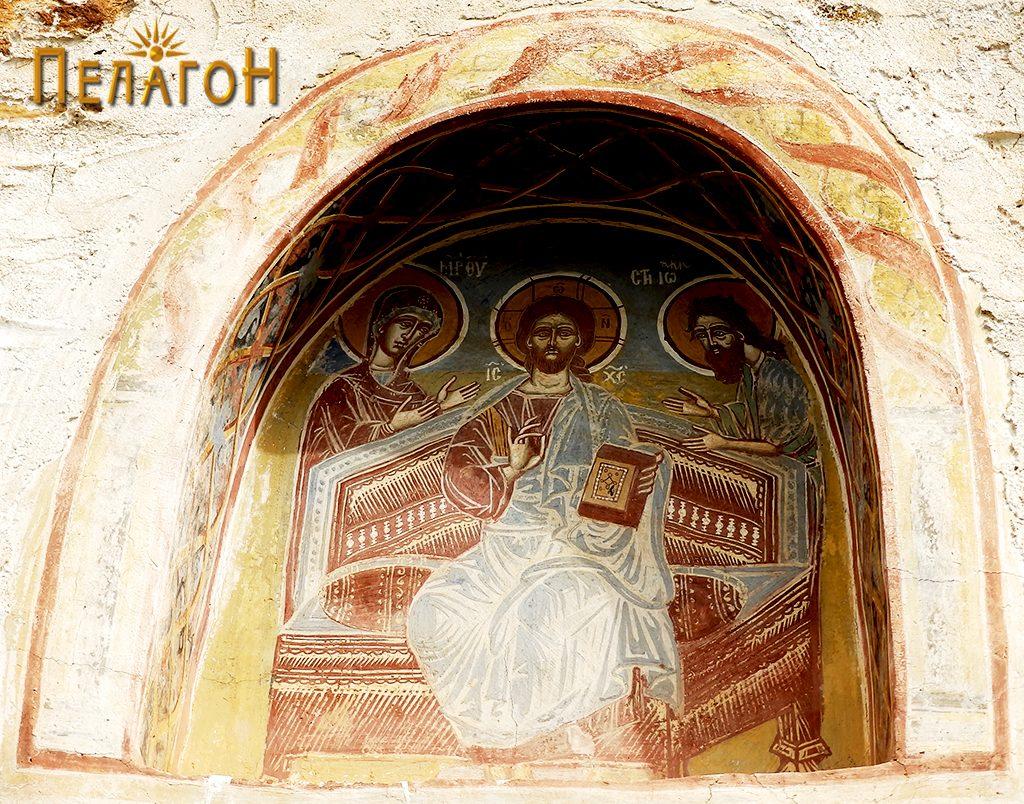 Исус Христос на трон во ниша на јужниот ѕид од надворешната страна