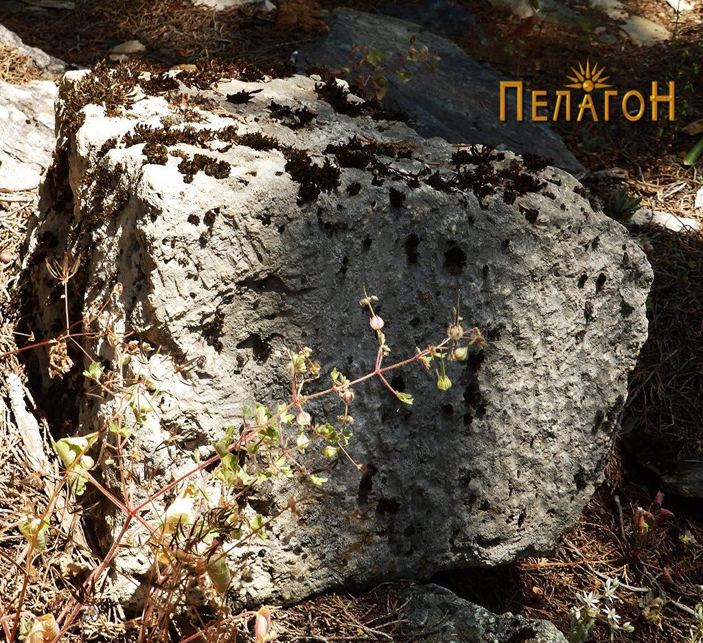Обработен камен блок