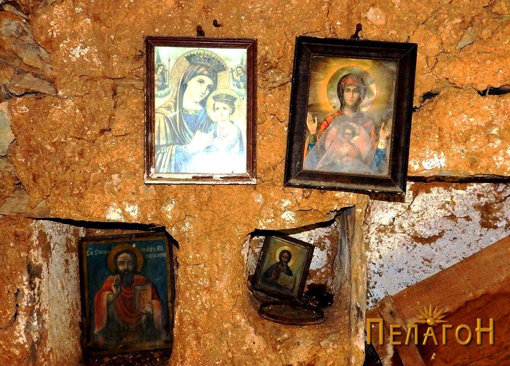 Икони на источниот ѕид