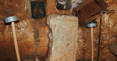 Фрагментирано прозорско мено крај источниот ѕид - на местото на олтарот