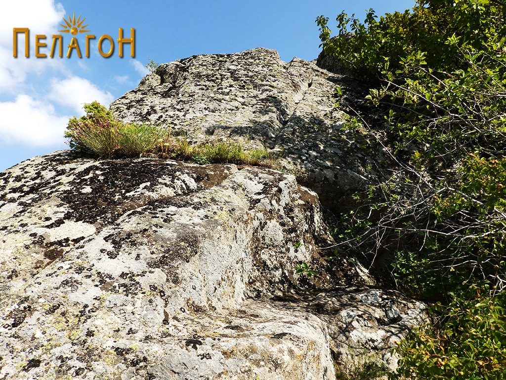 Кнали и терасеста форма по површините на карпите при врвот