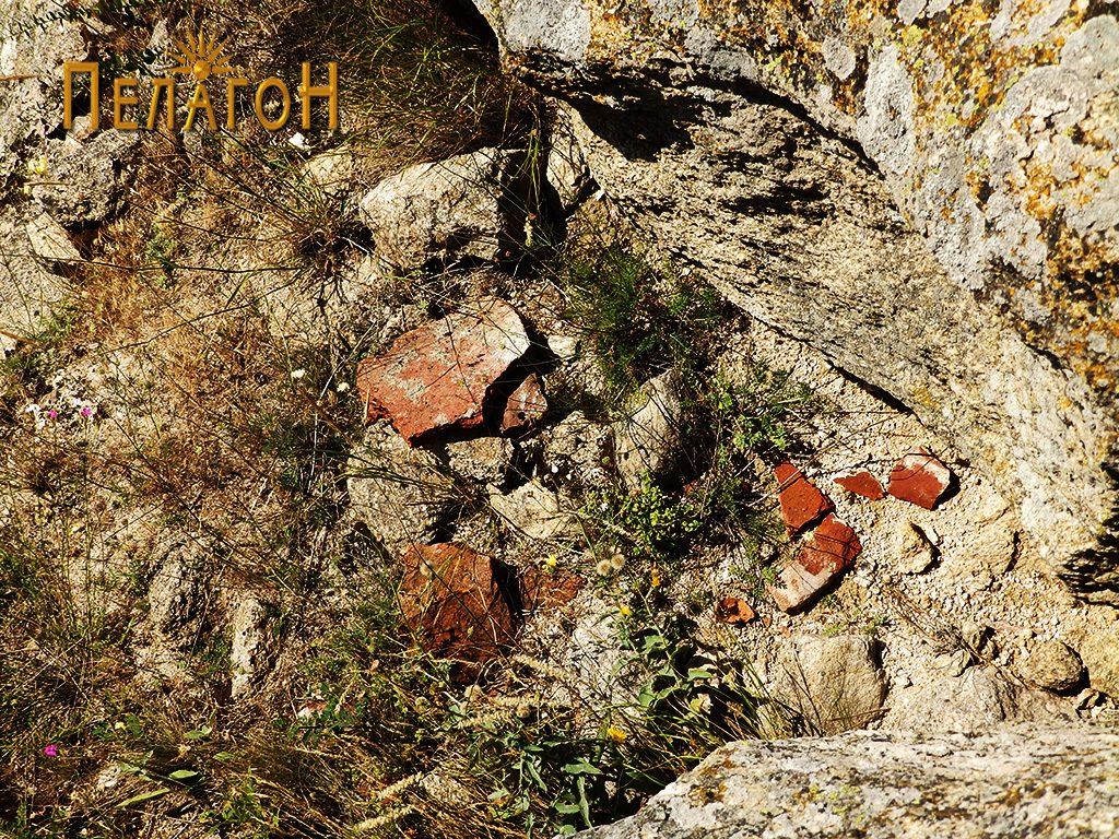 """Остатоци од тегули и цигли од градбите на """"Лавот"""""""